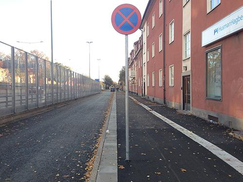 Stolpe ska enligt stadens handbok stå 40 cm från cykelbanan. Hmm …