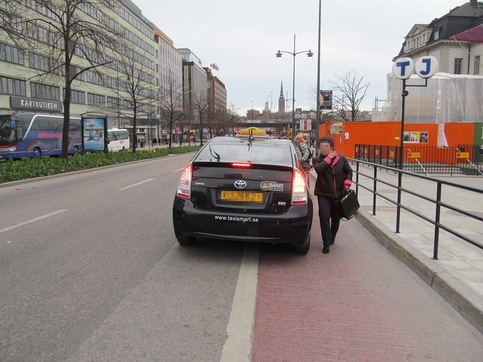 Fulparkerad taxi vid Centralen Foto: Knark Missionen /Facebook