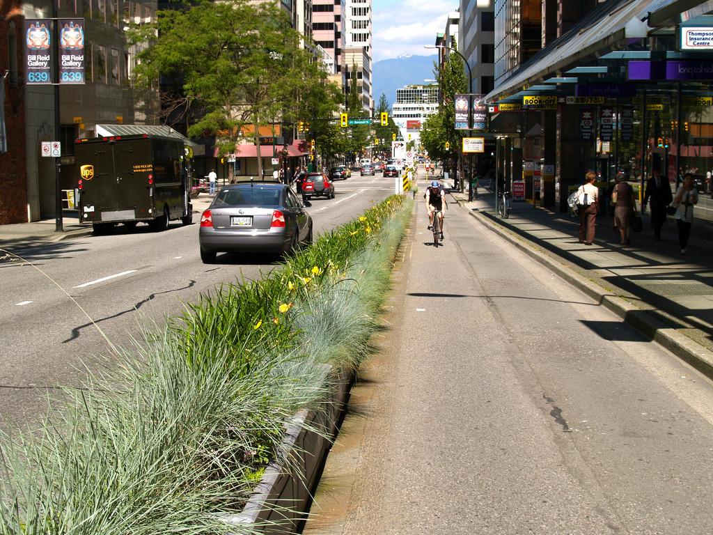 Gröna krukor avgränsar cykelfältet i Vancouver Foto: Jeff Arsenault/Flickr  CC BY-NC-SA 2.0
