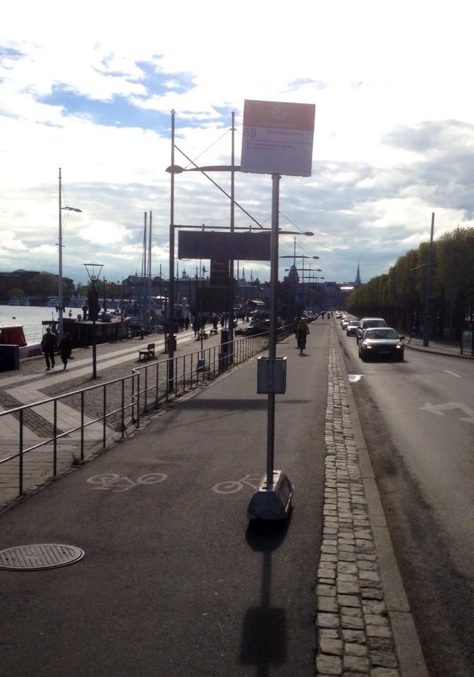 Busshållplats mitt i cykelbanan
