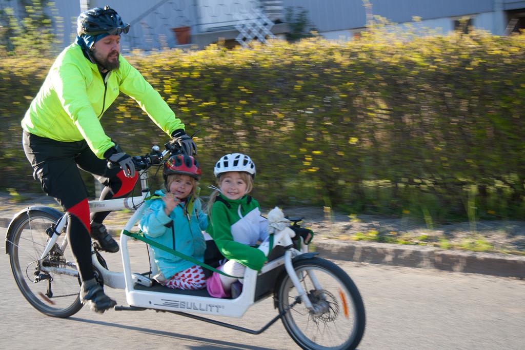 Jobbpendling med lämning/hämtning på dagis och skola på vägen. Foto: Karin Egrelius.