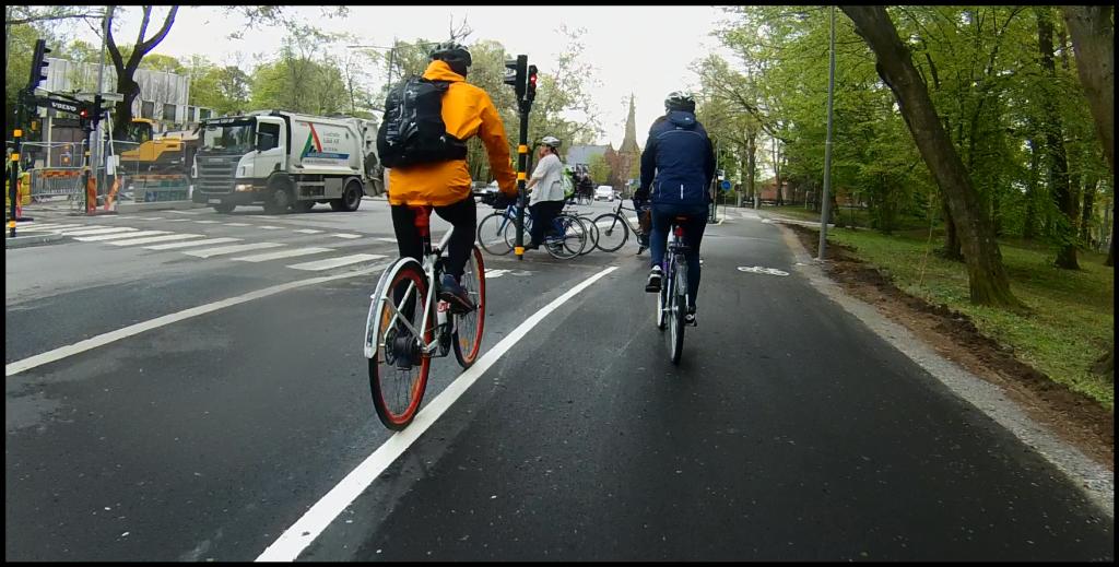 Väntande cyklister riskerar att blockera körfältet rakt fram