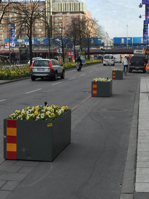 Blomlådor i cykelbanan Krister Isaksson