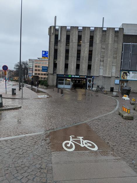 Parkeringsutfarter viktigare än cykelväg?