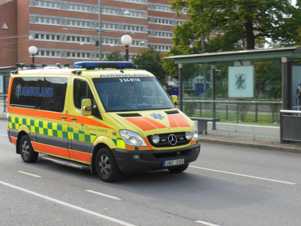 BBC: Ambulans tvingades flytta plasthinder för att få helt fri väg